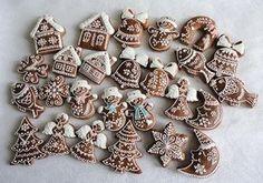 Drobné perníčky na stromek Christmas Treats To Make, Christmas Tree Cookies, Christmas Sweets, Christmas Gingerbread, Christmas Cooking, Holiday Cookies, Christmas Candy, Ceramic Christmas Decorations, Gingerbread Decorations