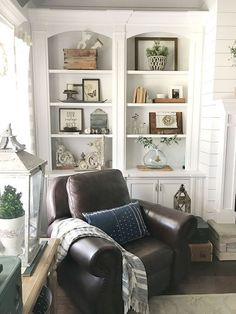 Having small living room can be one of all your problem about decoration home. To solve that, you will create the illusion of a larger space and painting your small living room with bright colors c… Modern Farmhouse Living Room Decor, French Country Living Room, Coastal Living Rooms, My Living Room, Farmhouse Style, Rustic Farmhouse, Farmhouse Design, Modern Decor, Rustic Style