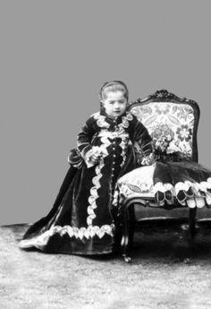 """Son şehzadeler Sultan II. Abdülhamid'in Aile Albümü""""ndeki fotoğraflar Yıldız Sarayı'ndan kesitlerle başlıyor, şehzade ve sultanların fotoğraflarıyla devam ediyor. (Son şehzadeler)"""