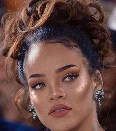 Rihanna make up Fenty beauty Rihanna Makeup, Rihanna Riri, Rihanna Style, Rihanna Swag, Rihanna Nails, Makeup Inspo, Makeup Inspiration, Maquillage Yeux Cut Crease, Beauty Make Up