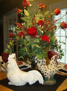 French Country Centerpiece with several rooster pieces around the vase of flowers! French Country Tables, French Country Cottage, French Country Style, Rooster Kitchen Decor, Rooster Decor, French Decor, French Country Decorating, Cottage Decorating, Flower Vases