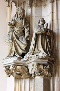 Claus Sluter, sculptures du portail de l'église de la Chartreuse de Champmol (Dijon), 1389-1383. Détail des statues d'ébrasement : le donateur Philippe le Hardi présenté à la Vierge par son saint patron, saint Jean-Baptiste.