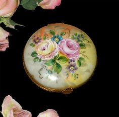 Hand Painted Yellow Floral Limoges Pillbox 1980s por PruAtelier