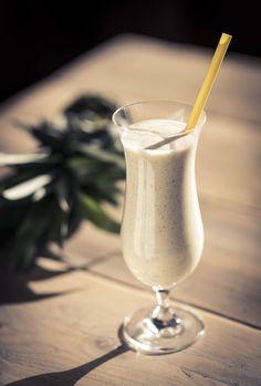 Pina colada ontbijtsmoothie Pina Colada, Raw Food Recipes, Healthy Recipes, Fodmap, Food Inspiration, Glass Of Milk, Healthy Snacks, Alcoholic Drinks, Tableware