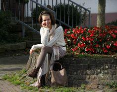 Bloggerin Célina kombiniert ein Maxikleid von Mango mit Knitwear und Vintage Stiefeletten.