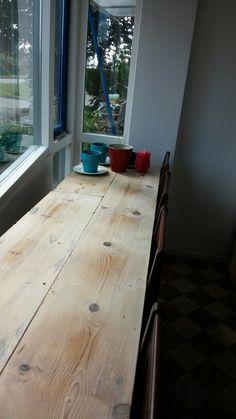 Ontbijttafel van oude kaasplanken.