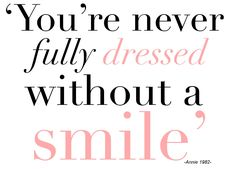 Nunca estás completamente vestida sin una sonrisa. #ChicStatement #VivaLoChic #LoMasChic