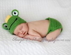 Items similar to IN STOCK Newborn Frog hat and diaper cover on Etsy Crochet Baby Hats, Crochet For Kids, Crochet Hooks, Baby Patterns, Crochet Patterns, Crochet Ideas, Baby Cocoon, Baby Boy Gifts, Crochet Projects