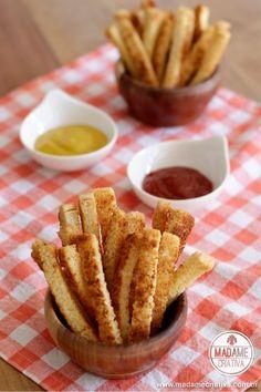 Easy to make these Crunchy Homemade Breadsticks - Aperitivo fácil de fazer: palitos de parmesão feitos com pão de forma, manteiga e parmesão.