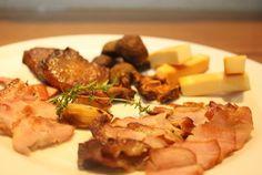 0910 ナラのウッドチップスにて燻製作りました  今回 ナラのウッドチップスにて 色々な燻製作りました。 チーズ、秋田比内地鶏のもも肉、放牧豚 (東北)のバラ肉、秋田比内地鶏のミンチつくね 市川産ニンニク、氷見のタコなど・・・ 燻製は、なぜこんなにお酒と合うのだろう!! ご自宅では、なかなか難しい燻製・・・ かなり煙が出ますので・・・お台所では無理だと感じます。 燻製を上手に仕上げるコツは、その食材の水分を抜いておくことです。 そうしたら うまく燻製が、入ります。 水分をたくさん含んでいると燻煙の際に煙が食材にうまく乗らないのです。 燻製(くんせい:SMOKE)とは、もともと塩漬けにした肉や魚などに煙をかけることで、長期間の保存を可能にする保…