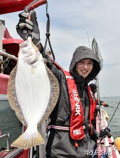 Busan man CNBLUE's Jong Hyun shows off fishing skill - http://www.kpopvn.com/busan-man-cnblues-jong-hyun-shows-off-fishing-skill/