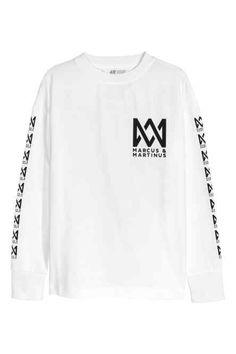 marcus and martinus sweatshirt dat ik echt moet kopen! Marcus Y Martinus, Long Sleeve Tops, Long Sleeve Shirts, H&m Online, Outfit Goals, Jersey Shirt, Printed Cotton, Fashion Online, Cool Outfits