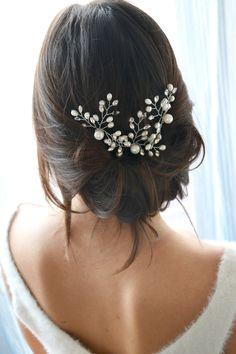 Coiffure mariage, pics à chignon de perles. Cheveux de mariée. Bijoux de tête pour fiancées.
