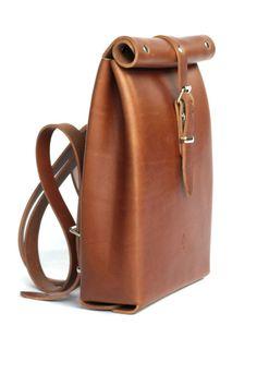 Mochila de cuero con parte superior enrollada de Chloe Stanyon (298,58 euros)  #backpack