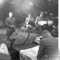 [Photo] German Army Major General Erwin Rommel studying maps with officers, France, May-Jun 1940 World History, World War Ii, History Online, Erwin Rommel, Field Marshal, Afrika Korps, Major General, German Army, D Day
