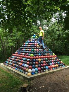 Une pyramide de boules de bowling