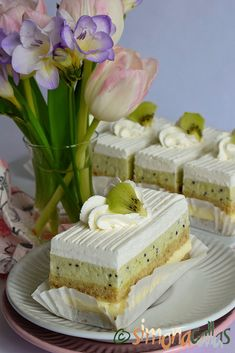 Prajitura Totul va fi bine Romanian Food, Vegan Desserts, Kiwi, Vanilla Cake, Nutella, Camembert Cheese, Mousse, Caramel, Cake Decorating