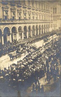 Cartolina fotografica - I reali si recano all'inaugurazione dell'Esposizione; il corteo mentre passa innanzi alla Galleria VIttorio Emanuele