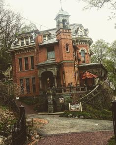 Love finding these cool places on weekend trips . I wish I could just own this h… Love finding these cool places on weekend trips . I wish I could just own this house lol Victorian Architecture, Beautiful Architecture, Beautiful Buildings, Beautiful Homes, Beautiful Places, Victorian Buildings, Classical Architecture, Old Abandoned Houses, Abandoned Buildings