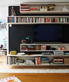 Un mur noir pour rendre la télévision presque invisible.