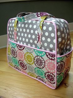 Weekender Bag sewing tips. Pattern here… Sewing Hacks, Sewing Tutorials, Sewing Crafts, Sewing Projects, Bag Sewing, Love Sewing, Diy Purse, Tote Purse, Diy Sac Pochette