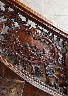 Wohnhaus äZum goldenen Helmí, freitragende Eichenholztreppe, Geländer mit Bildkartuschen. Darstellungen von Putten bei der Tuchmacherei: Das Spinnen (Spinnrad)