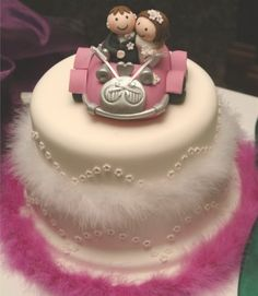 Cute petite wedding cake... SO FURRY!