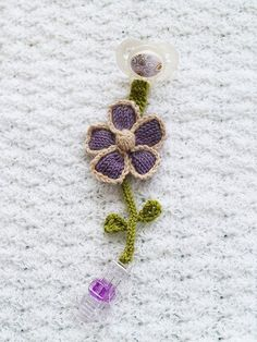 Jazz up your babys pacifier with this Blooming Pacifier Clip. An adorable knit flower adorns this DIY pacifier clip. Its an easy knitting pattern that will make you and your little one smile. Baby Knitting Patterns, Crochet Flower Patterns, Knitting For Kids, Knitting Designs, Free Knitting, Flower Applique, Baby Patterns, Crochet Pacifier Holder, Crochet Toys
