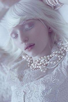 """e子さんはTwitterを使っています: """"アルビノという先天性の病を強みに変え、Vogueなどでモデルとして活躍するナスチャ・クマロヴァ氏。その美貌から、本国ロシアでは「エルフの王女」と呼ばれているそう http://t.co/5q00wcPos3"""""""