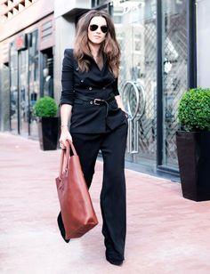 1. Se o look do escritório estiver meio sem graça, é só passar um cinto sobre o blazer.