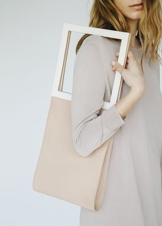 Extending the square to infinity we got the squared Metrica bag. Made with authentic eco friendly tanned leather in Spain.