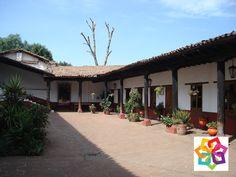 MICHOACÁN MÁGICO ¿Qué es la casa de los once patios? Fue sede del Hospital de Santa María fundado por Don Vasco de Quiroga en el año de 1540; ya para el año de 1747 en ese sitio las Monjas Dominicas fundaron el Convento de Santa Catarina. En la actualidad se ha  convertido en una colorida galería artesanal, en la que se exhiben y  venden gran variedad de artesanías regionales. http://www.valmenhotel.com.mx/