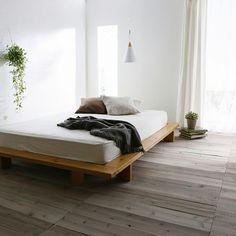 家の中でリラックスして過ごしたいスペースといえば、ベッドルームだという方もたくさんいらっしゃるのではないでしょうか。健康に過ごすために大切な睡眠をとるベッドまわりは、お気に入りグッズを置きたいですよね。そんな素敵インテリアを探してみましょう。