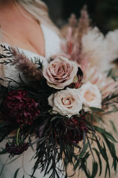 A breathtaking darky and moody bridal bouquet. Photo: @thetinsleyco Wedding Vendors, Wedding Blog, Wedding Planner, Flower Bouquet Wedding, Floral Wedding, Sweetheart Table Backdrop, Love Fest, Unique Roses, Wedding Day Timeline