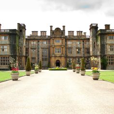 Nestled deep in the Oxfordshire countryside, Eynsham Hall provides a breathtaking blend of elegant period features with a twist of modern design, and offers guests a stay they will never forget. There is something deeply, darkly romantic about Eynsham Hall.