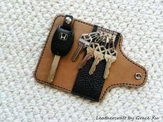 Here is a 100% hand stitched handcraft black cowhide leather key/ purse holder/ case for regular door keys, motorcycle keys & car fob / key. It measures around 2-1/4 x 4-3/4 ( 5.5 x 12cm), fits the length up to 4 (10cm) car key, regular house keys. I accept custom size request. This key purse also has a small leather strap attached for most car keys. Inside it is lined with cowhide leather or high quality pig sueded leather. The lining color may vary. The edges are coated and polished…