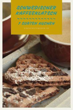"""Wieso bieten die Schweden meistens sieben Sorten Kuchen an, wenn sie zum Kaffee einladen? Diese Tradition ist in der schwedischen Geschichte entstanden. Wieso und weshalb das so ist, kannst Du im Artikel nachlesen. Dort erfährst Du auch, welche Sorten genau gemeint sind, wenn man von """"sju sorters kakor"""" spricht. #einfachschweden #sjusorterskakor #schwedischetradition #kaffeetrinken #schweden Fika, Stuffed Biscuits, Cake Competition, Coffee Break, Coffee Meeting"""