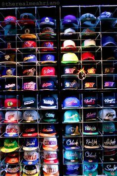 I love snapback hats. Caps Game, Estilo Tomboy, Dibujos Tumblr A Color, Dope Hats, Hat Storage, Snap Backs, Snapback Cap, Headgear, Swagg