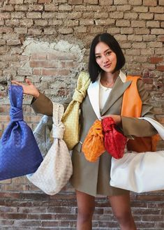 Our guide to the best designer handbags for from Bottega Veneta, Gucci, Celine, Chanel and more. Retro Outfits, Cute Casual Outfits, Girl Outfits, Streetwear Mode, Streetwear Fashion, Ways To Tie Scarves, Kleidung Design, Diy Fashion Hacks, Jugend Mode Outfits