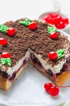 Это вишня Рождественский торт просто, красиво и на вкус как Рождество!  Бисквит покрыты 1 фунт вишни и взбитые глазурью.  Легкий Вишневый торт!  |  natashaskitchen.com