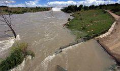 Afrika számos területén nem csak a vízhiány, hanem a vízbőség is problémákat okozhat: ennek egyik oka lehet a csapadék egyenlőtlen évi eloszlása – Dél-Afrikában ez jelentős gondokat okoz.