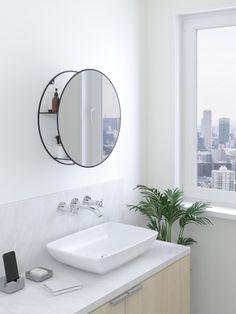 Nástěnné zrcadlo značky Umbra se 2 poličkami. Zrcadlo se hodí zejména do menších prostorů, protože 2 poličky jsou skryté v pozadí zrcadla.