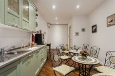 Le Scalette Al Vaticano B&B Roma Le Scalette Al Vaticano B&B offers accommodation in Rome, a 10-minute walk from the Vatican Museums. Cipro Metro Station is only 200 metres from this property.