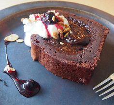 . . めずらしくガトーショコラを頼んでみた。自分で頼むのは人生で2回目ぐらい。 . . 濃厚で真ん中とろっとろで美味しかったです☺️ . . #大阪カフェ #カフェ巡り #ゼルコバ食堂 #三国ヶ丘#堺カフェ #ガトーショコラ