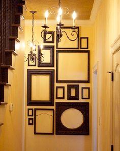 parede decorada com molduras vazias de cor escura