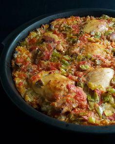 #Repost @cinilimutfak ・・・ Dün hikayede paylaştığım Trakya usûlü tavuk kapama tarifi geliyor efendim Malzemeler; •6 adet tavuk kemiksiz kalça •2 adet domates •4-5 Adet sivri biber •1 adet kuru soğan •2 diş sarımsak •2 yemek kaşığı sıvıyağ •2 su bardağı pirinç • 2 yemek kaşığı tereyağı •Tuz, karabiber Yapılışı; Pirinçleri bol su ile yıkayın. Nişastası gidince üzerini geçecek kadar ılık su ekleyerek bir kaşık da tuz atarak bekletin. Tencereye sıvıyağı alın, küp küp doğradığınız soğanları içe...