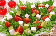 Салат с авокадо, помидорами, тунцом