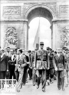 de gaulle and leclerc in paris   de Paris. Le général Charles De Gaulle (1890-1970) accompagné de ...
