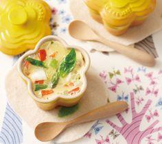 【白身魚と野菜の豆乳茶碗蒸し】ふんわりとしたタラと食感のよい野菜がたっぷり楽しめます。素材の味がいきた、豆乳ベースのやさしい茶碗蒸しです。   http://www.lecreuset.jp/community/recipe/tonyuchawanmushi/