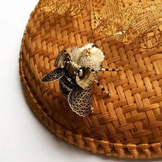 Осочка выполнена из антикварных, винтажных элементов прошлого столетия и лучших материалов современности❤️ #olyonushka #вышитаяброшь #сваровски #брошь  #украшение #стиль #fashion #jewelry #handmade #follow #beads #embroidery #мастеркрафт #ручнаявышивка #ручнаяработа #brooch #ярмаркамастеров #livemaster #жук #bug #муха #мотыль #вышивка #король #монарх #корона #бабочка #пчела #шмель